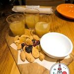 ビストロ パクチーズ - りんごとキウイのジウスとドライフルーツとナッツ