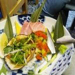 居酒屋 富士山 - 海鮮盛り。鮪、コハダ、北寄貝、きゅうりの2種トビコ和え:ひとりひと皿