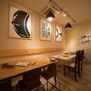 【淡い白を基調とした落着いた空間で牡蠣とワインを愉しむ】