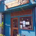 63729121 - 店舗外観。間口は狭いが奥行きがある店内。