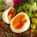 63729122 - 玉子ピクルスのアップ。玉子ピクルスと燻製煮卵の二択だが、ここはやはりピクルスだ。