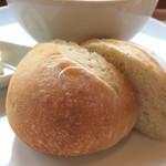 水辺のカフェ 三宅商店 酒津 - 自家製パン、ぎゅっと詰まった食感のとても美味しいパンでした(2017.3.10)
