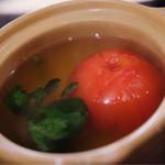戈六 - トマトのおでん。トマトは崩れやすいけど、トマトの酸味がつゆにしみ出て、新しい風味に変化。