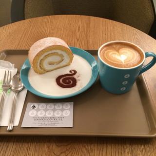 オキ オキ カフェ - フラットホワイトとロールケーキ。 セットで合計税込670円。 美味し。