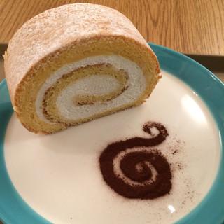 オキ オキ カフェ - ケーキAのロールケーキ。 単品で税込400円。 旨し。