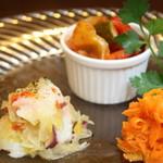 熟成肉×Bistro OGINO - 前菜を取り合わせたみんなでシェアする前菜の盛り合わせです。 当店の多種白ワインとどうぞ。