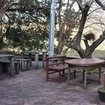 水辺のカフェ 三宅商店 酒津 - テラスって言うか、屋外にもこんなテーブルたちがありました(2017.3.10)