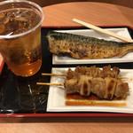味の笛 - 鯖焼き¥300、焼鳥¥130、鳥皮¥130、ウーロンハイ¥200。うーん、安い!