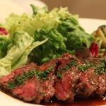 熟成肉×Bistro OGINO - 牛ハラミのステーキです。柚子胡椒のアクセントが効いたソースでワインもご飯もすすみます。
