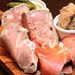 熟成肉×Bistro OGINO - 当店自慢の熟成肉のパテ、鴨のリエット、 生ハム、ロースハム、鶏ハム、ピクルス。全て贅沢に盛り合わせにしました。 ワインのお供にぴったりな一品。ボリュームもたっぷりです。
