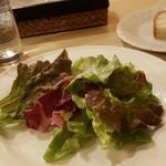 63752989 - サラダとパン