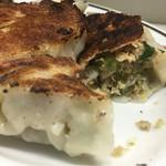 朝陽 - 豚肉と野菜。練り方が足りず肉が繋がっていない。味付けはごくシンプルに塩少しかな。市販の皮に片栗な感じ。