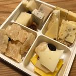 EATALY - 約2,000円のチーズの盛り合わせ。ハードタイプを中心に、ドライイチヂク等も入った一品です(*´-`*)