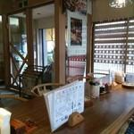 喫茶  柏 - 柏原宿:喫茶-柏の店内客席から見る出入口付近