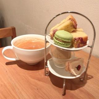 お茶とお菓子まやんち - 桜スイーツ盛合せ 850円(税込) マサラチャイ 650円(税込)