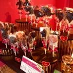 チョコレート ブランチ - ロリポップ各種。210円〜400円(飛行機)。