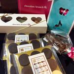 チョコレート ブランチ - 買い物各種(一部)。義理チョコ返しも大変だ。