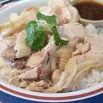 東銀座のタイランド食堂 ソイナナ - カオマンガイ、鶏肉が雑然とのせられる