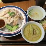 東銀座のタイランド食堂 ソイナナ - カオマンガイ680円+半グリーンカレー200円