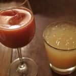 オステリアラブラ - イタリア産赤いオレンジジュース@750とグレープフルーツジュース@450