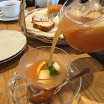 アフタヌーンティー・ティールーム - 紅茶が、②カップに注がれます。