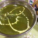 サガルマータ - ほうれん草チキンカレーのアップ。粗みじん切りのにんにくが効いておいしい