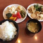 きんのつる - 定食のご飯・味噌汁と食べ放題お惣菜