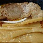 北海道チューボー - 北海道チューボー 八重洲店 札幌熟成 味噌玉子ラーメンにトッピングされるチャーシューとメンマ