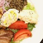 熟成肉×Bistro OGINO - 沢山の品目を使ったリヨン風のサラダです。 酸味のあるビネガードレッシングを ポーチドエッグでまろやかにしてお召し上がりください。