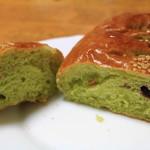 パンのトラ - 抹茶むらさきいもパンの断面