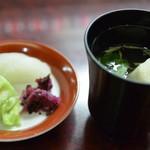 炭焼 うなぎと旬菜 藤城 - うな重に付く肝吸いと香物