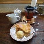 カフェ ソラ - 02 アップルパイとミルクティ。今回も笑うスマイルフォーク