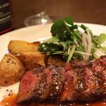 熟成肉×Bistro OGINO - ハラミ(横隔膜の部分)の柔らかいステーキを130gにクレソンサラダとジャーマンポテト風の添え物をした一品です。赤ワインと一緒にどうぞ。