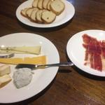 Bar QUEST - 生ハムとチーズの盛り合わせ