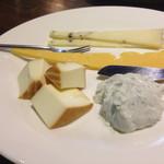 Bar QUEST - ブルーチーズが極めて苦手な私でも初めて美味しいと思ったチーズ…画像前の右側。