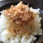 日本橋だし場+ - 炊きたてのご飯に乗せます。かつぶしが踊ってる〜♪