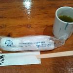 網元料理あさまる - 緑茶(粉茶)とおしぼり