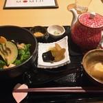 CHA-salon SAKURA-MOMIJI - エビとアボカドのわさび菜お漬物の横のピリ辛ごぼうが美味しい