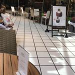 リンツ ショコラ カフェ - イートインスペースは店外