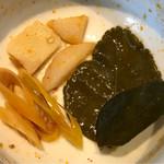 タイレストラン タニサラ - レモングラス、タイショウガ、こぶみかんの葉