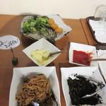 磯っこ商店 - コロッケ・ひじきの煮物・れんこんのきんぴら。サラダコーナーもあり。