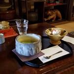 茶房 菊泉 - 大正時代を思わせてくれるような和箪笥の前でしばし休憩
