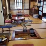 茶房 菊泉 - 入口を入って右側の座敷の様子