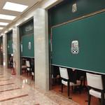 Caffe Luca - 南側は目隠しパーテーションでプライバシー保護
