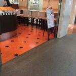 Caffe Luca - 禁煙席は、このカウンター席のみd( ̄  ̄)