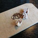 三峯神社 小教院 - 抹茶以外のドリンクメニューには、オリジナル菓子がサービス
