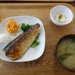 イリオモテネコ食堂 - ◆塩さば定食(950円:税込)・・「塩鯖」「一口サイズの島豆腐」「お味噌汁」など。