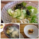 イリオモテネコ食堂 - ◆食べ放題のサラダとお漬物、一口サイズの奴、お味噌汁にはワカメが入り美味しい。