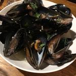 塊肉ビストロBLOCKS - ムール貝の白ワイン蒸し