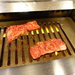 肉の田じま - 一枚づつ丁寧に焼きます